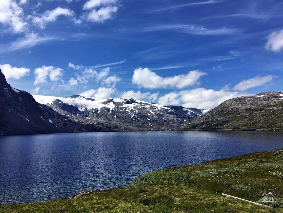 Landschaft mit See im Hochgebirge in Norwegen mit blauem Wasser und blauem Himmel