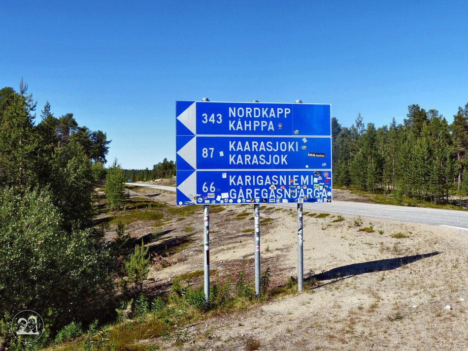 mit dem Wohnmobil ans Nordkapp, Hinweisschild an Straßenabzweigung Richtung Nordkapp und Grenze nach Norwegen