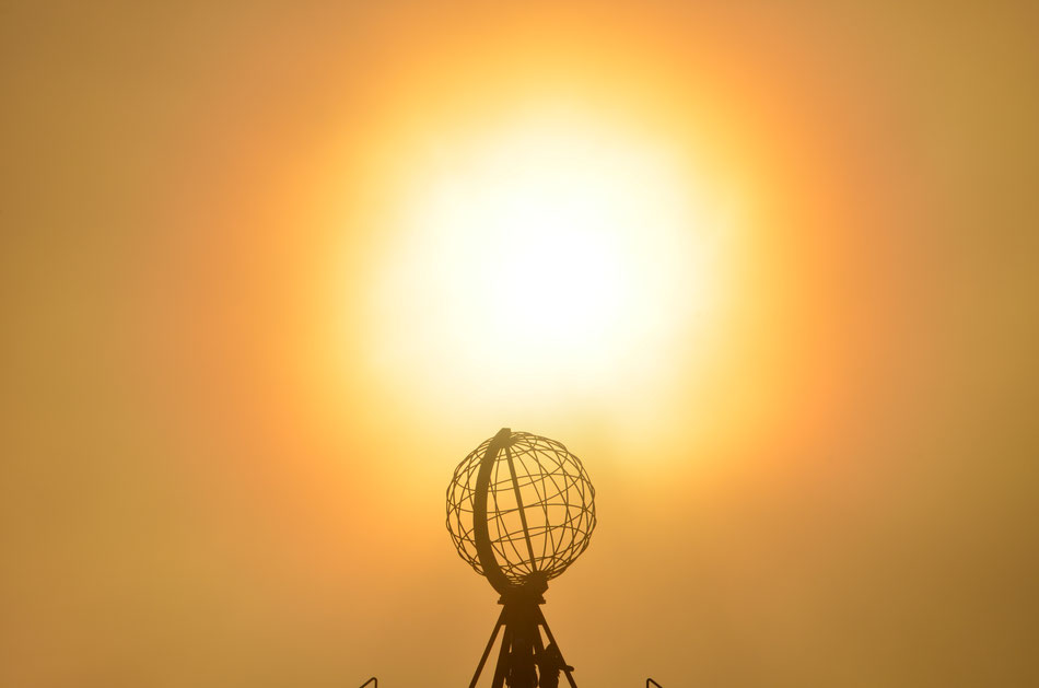 mit dem Wohnmobil nach Norwegen, berühmte Weltkugel vor der Mitternachtssonne am Nordkapp