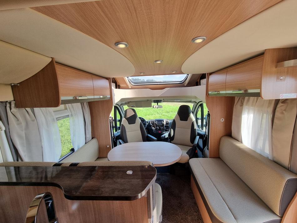 Wohnmobil Knaus Sky Wave 650 MG Innenansicht Wohnbereich