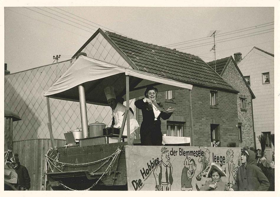 """Dieses Foto zeigt einen Vorläufer des legendären """"Fresswagens"""" oder auch """"Küchenwagens"""",  zu sehen sind Otto Kempen und Sybille Hansen bei der Verteilung von Leckereien."""