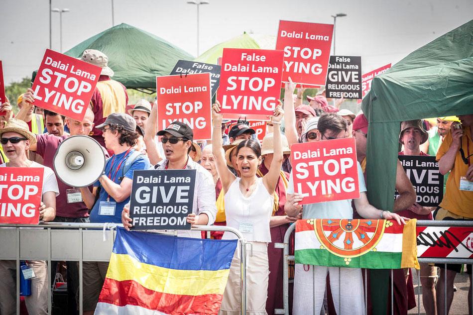 MANIFESTANTES TIBETANOS Y OCCIDENTALES; LAICOS Y BUDISTAS PROTESTAN EN LIVORNO ( ITALIA ) CONTRA EL DALAI LAMA.
