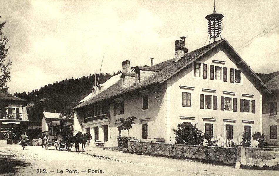 Die Post, wo man auf dem Dach die Drahtanlage zur Übermittlung von Telegrammen sehen kann