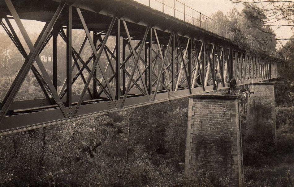 Vers 1882, des hommes grimpent sur les piliers du viaduc pour achever sa construction.