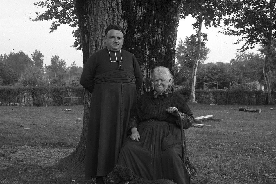 L'abbé Gaillard en compagnie de sa mère, Marie Gaillard./Photo Courant Alternatif