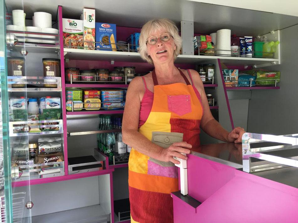 Nadine Stevens à bord de son épicerie ambulante