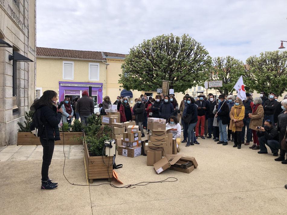 Le collectif avait déjà manifesté en avril dernier sur le parvis de la mairie de Salles./Photo d'archives C.B