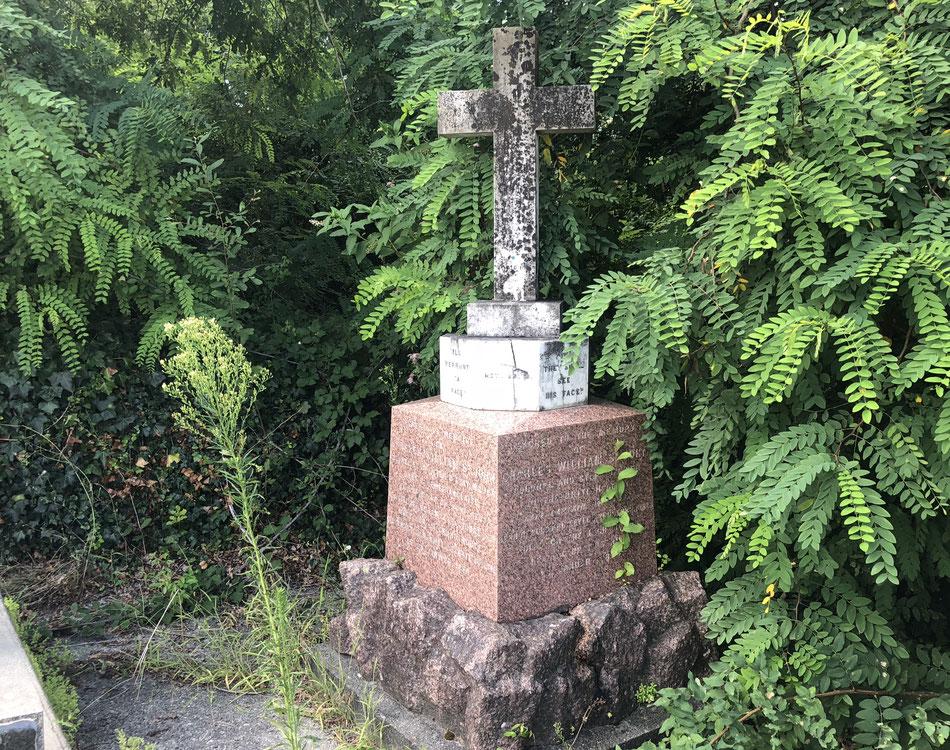 La phrase « Ils verront sa face » est inscrite sur la tombe.