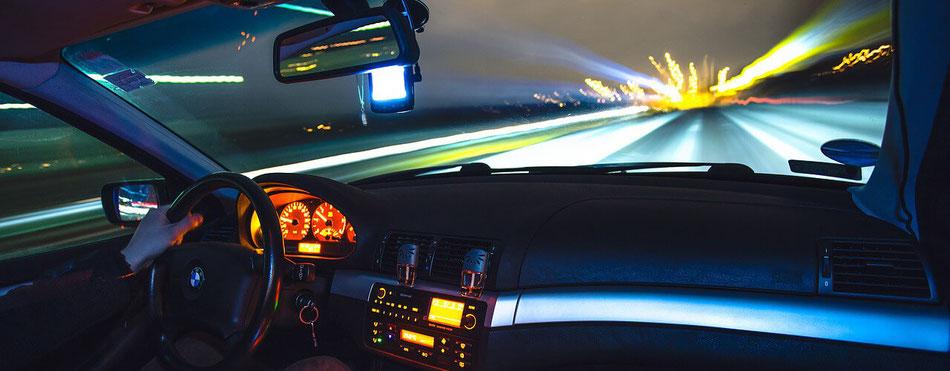 nächtliche Fahrt über die Autobahn