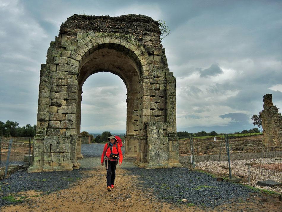 Via de la Plata führt direkt durch den Bogen wie noch zu Römer Zeiten.