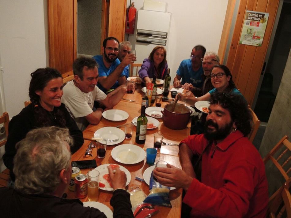 Gemeinsames Abendessen in der Herberge. Pilger aus Spanien, Portugal, Belgien und Deutschland.