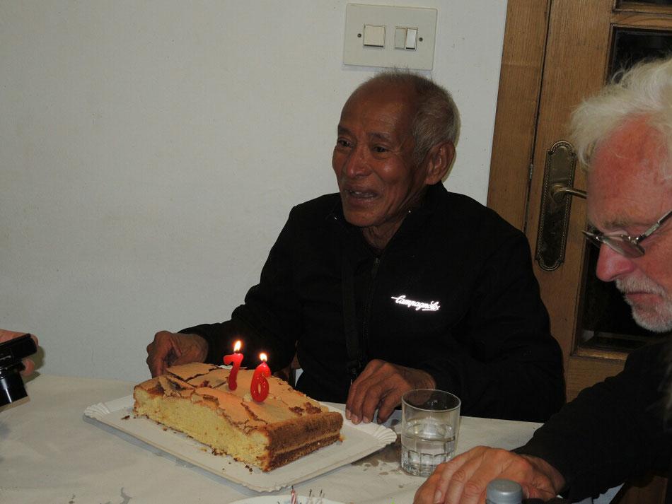 Der netter Pilger aus Indonesien feiert gerade sein 76 Geburtstag.