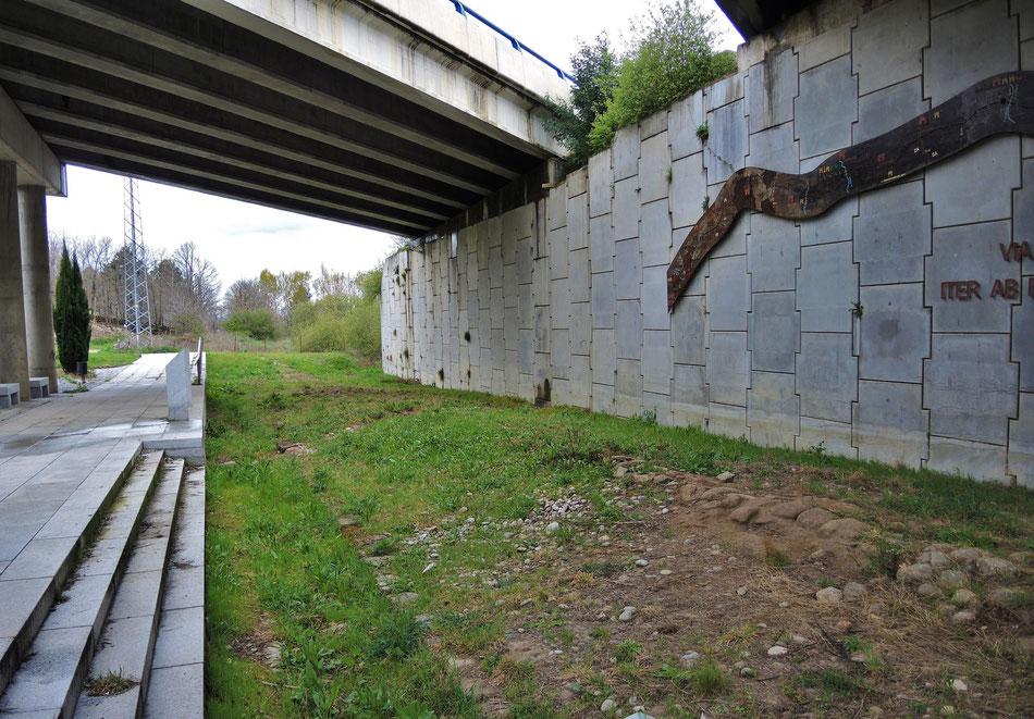"""""""La Intervencion Arqueologica"""". Unten verläuft die von Römer gebaute Via, oben die von EU."""