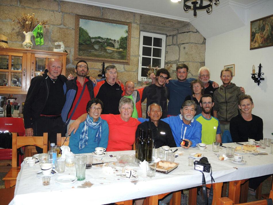Ein gemeinsames Geburtstagfoto mit Pilger vom 10 Nationen: Deutschland, Mexiko, England, Portugal, Italien, Australien, Belgien, Südafrika, Philippinen und Indonesien