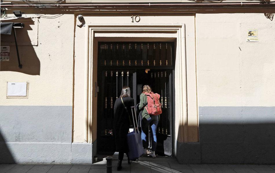 Dos personas entran a un piso de alquiler turístico, en la calle de Encomienda 10, en Madrid. LUIS SEVILLANO