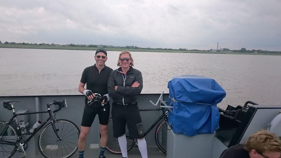 Crossing the river. Hosentechnisch sind beide ganz weit vorn.