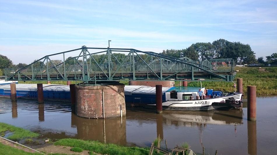 Die Drehbrücke von Neuendeich dreht sich.
