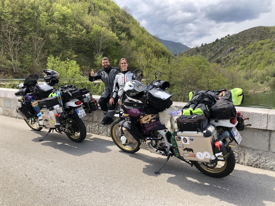 Bei einem Umweg aufgrund Straßensperrung treffen wir 3 Biker, welche von uns ein Foto schießen :)