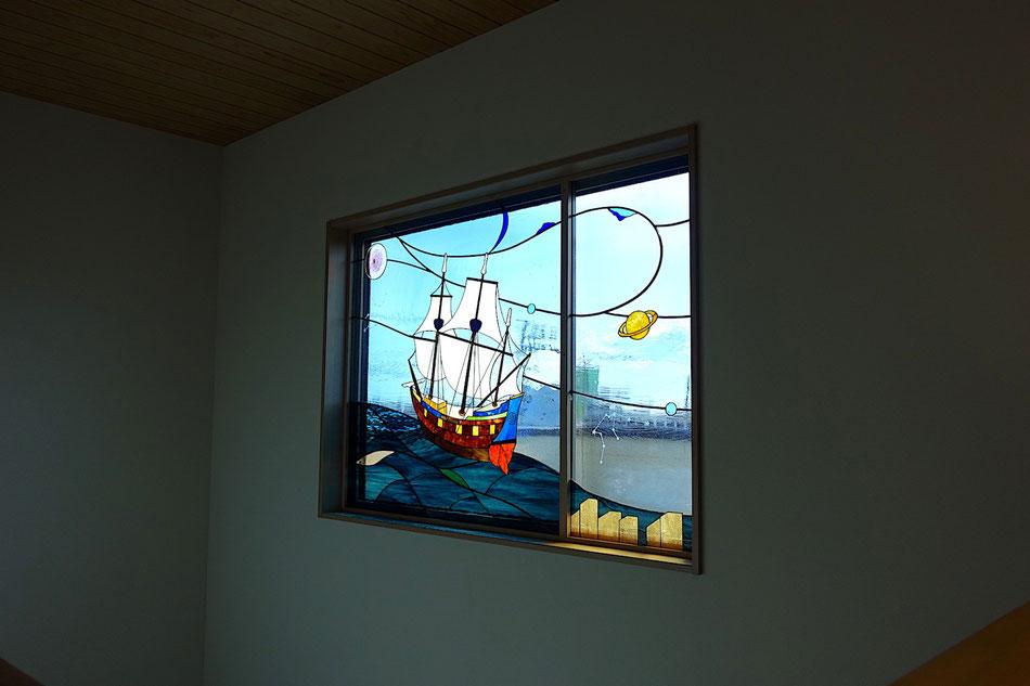 ステンドグラス 抽象的なデザイン 帆船が朝日に向かって航行中