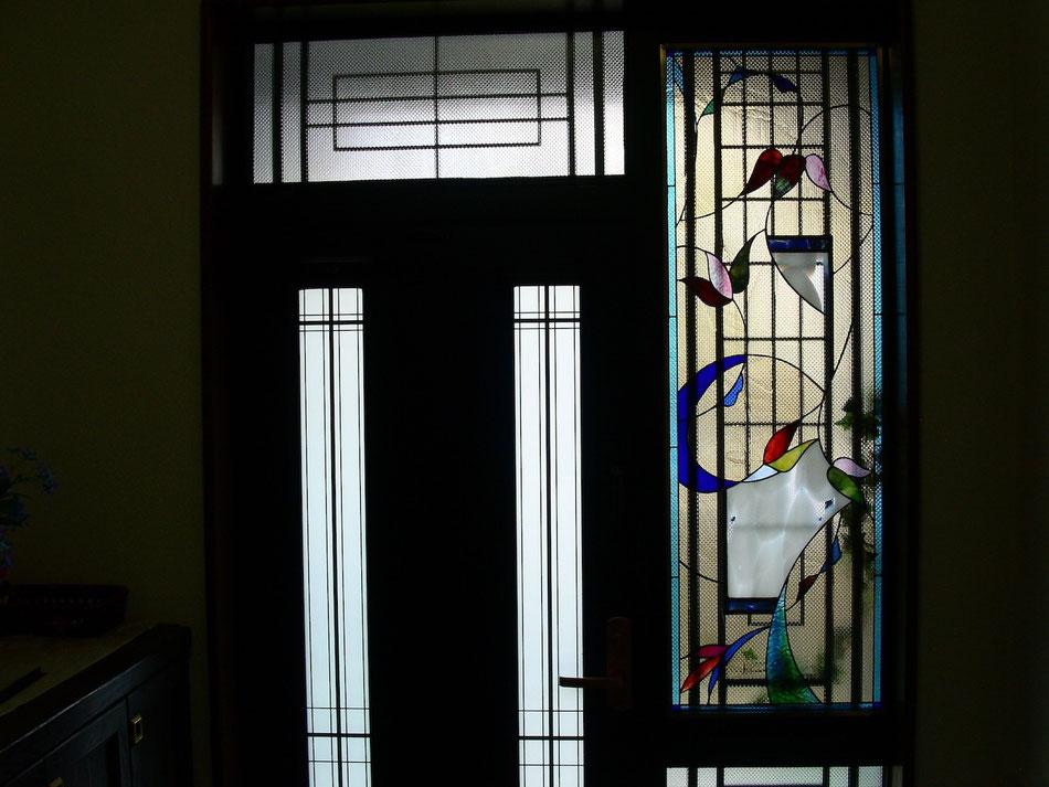ステンドグラス  抽象的なデザイン 花の輪廻
