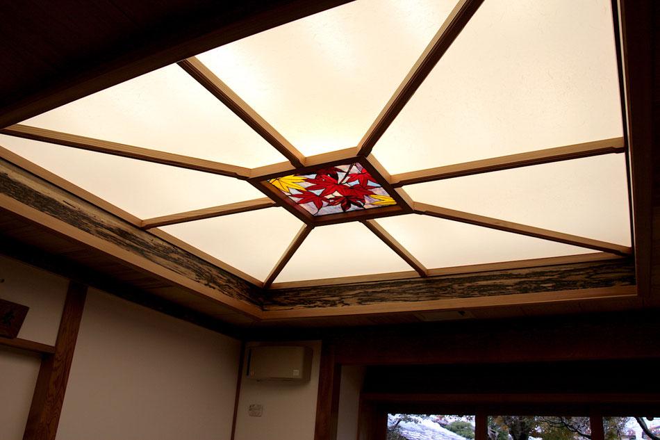 ステンドグラス  花のデザイン 紅葉