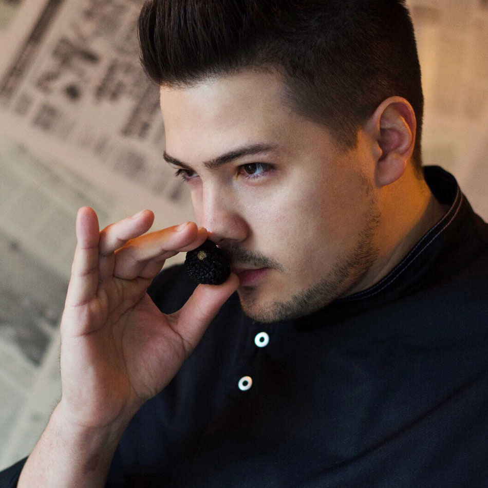 Daniele Gigante riecht an einem schwarzen Trüffel