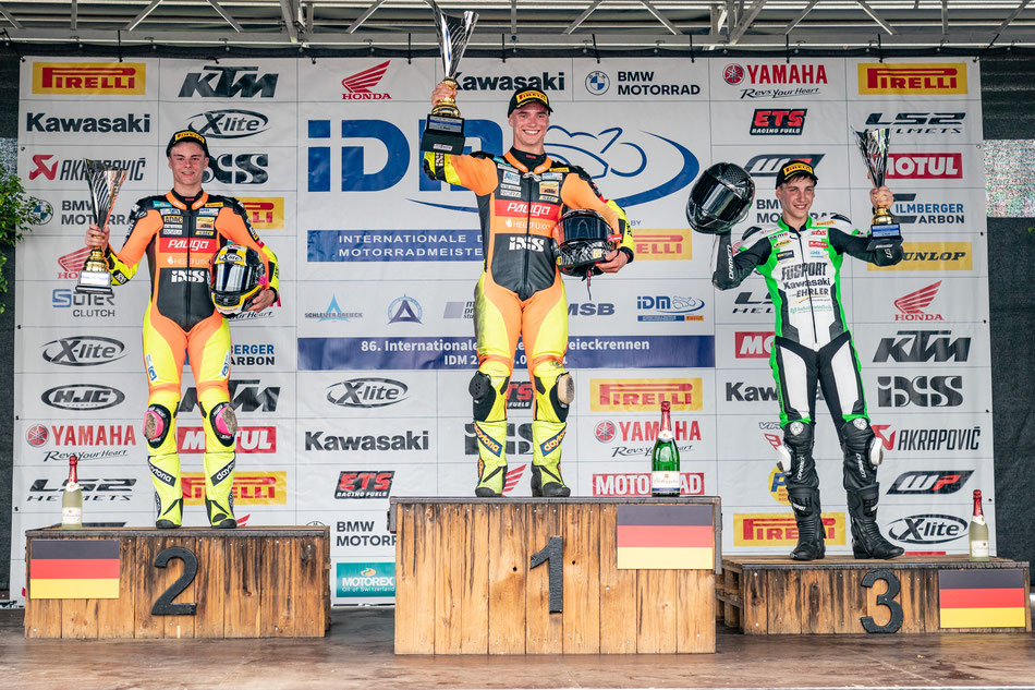 Marvin Siebdrath feiert seinen dritten Platz beim IDM Rennen in Schleiz