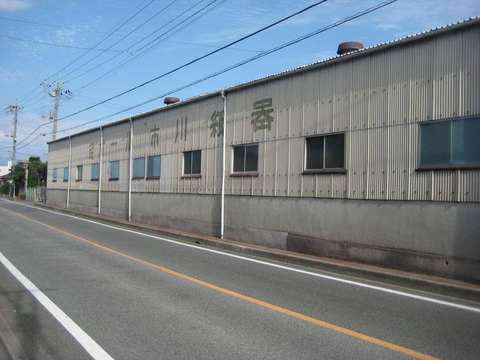 写真:市川紙器外観。市川紙器製作所です。山梨県の甲府市に本社と工場があり、ダンボール(段ボール)を製造しています。山梨県は、自然豊かな場所です。また首都圏へのアクセスは良好です。夏は桃や葡萄などおいしい果物が採れます。