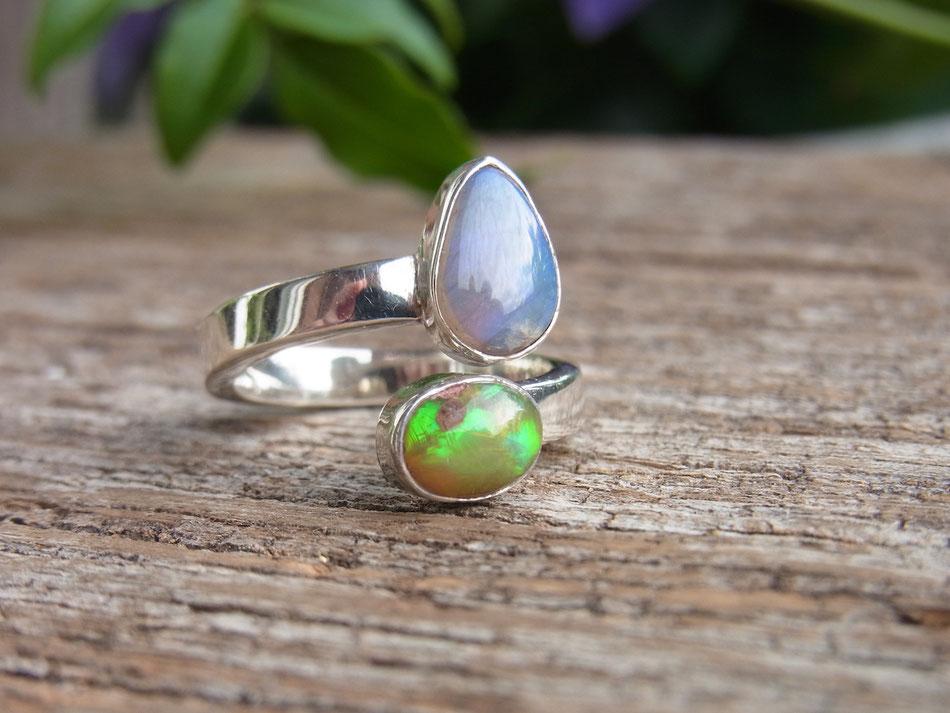 Silberring mit zwei Opalen mit blau und grüner Farbe