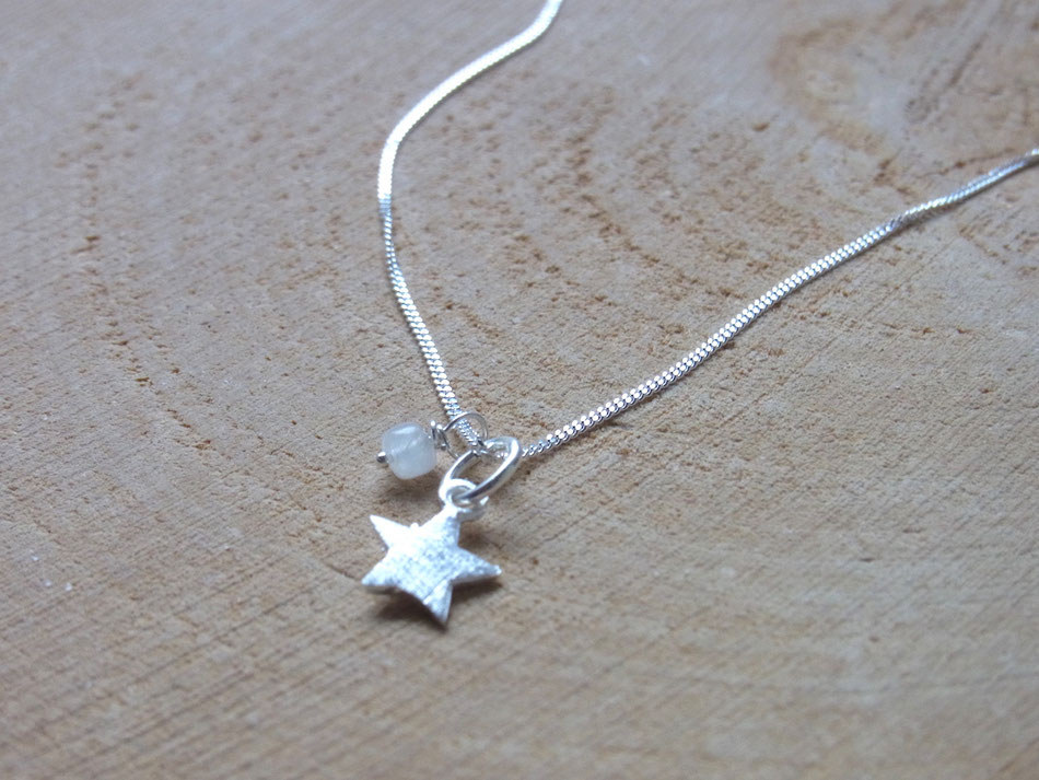 zarte Silberkette mit kleinem Silberstern Anhänger und Mondstein Perle