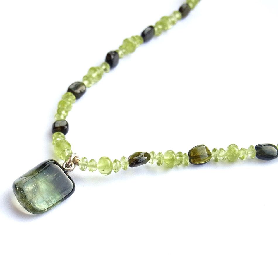 Edelsteinkette mit hellrünen Peridot und grünen Turmalin Perlen und grünem Turmalin Anhänger