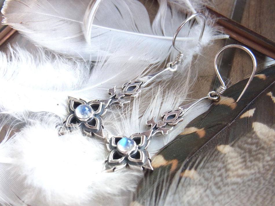 Lange Ohrhänger aus Silber mit runden Regenbogen Mondstein Cabochons