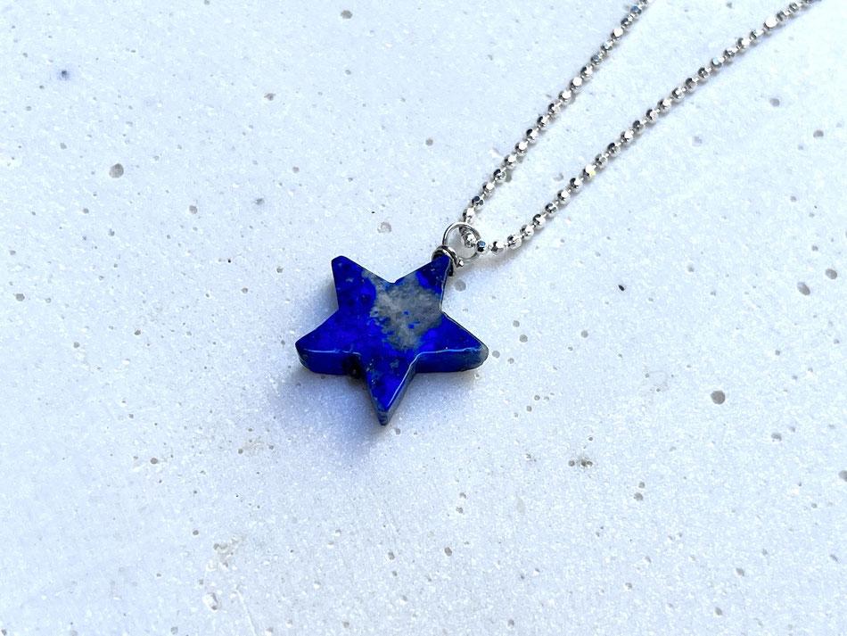 Mittellange Gliederkette aus Silber mit blauem Lapislazuli Stern