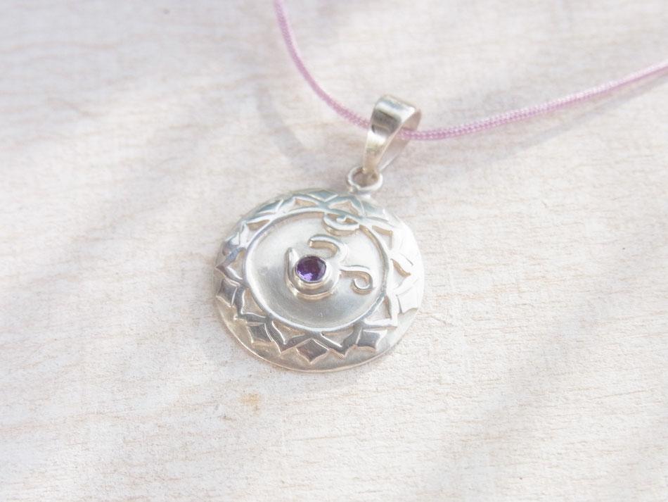 fliederfarbiges Nylonband mit Kronenchakra Symbol aus Silber mit Amethyst im OM