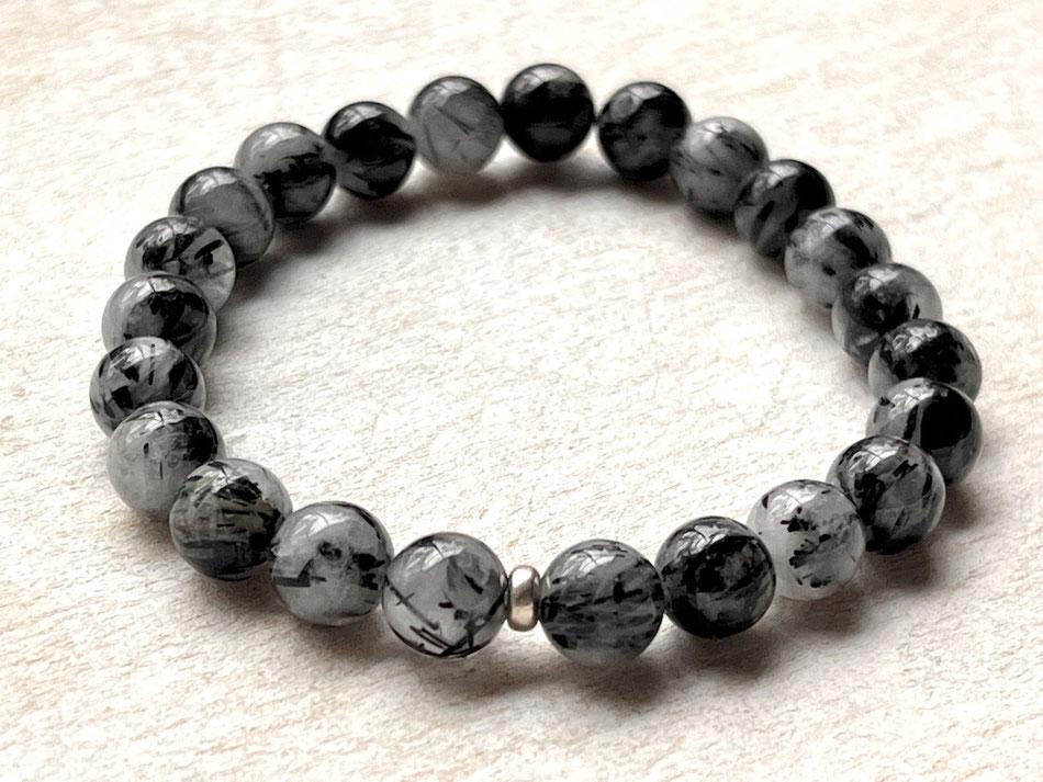 Edelsteinarmband mit schwarzen Turmalinquarz und verzierter Silberkugel