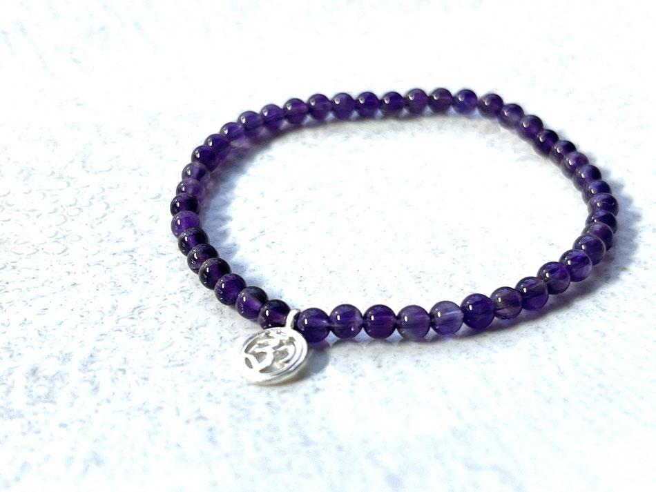 Armband mit violettem Amethyst und kleinem OM Anhänger aus Silber