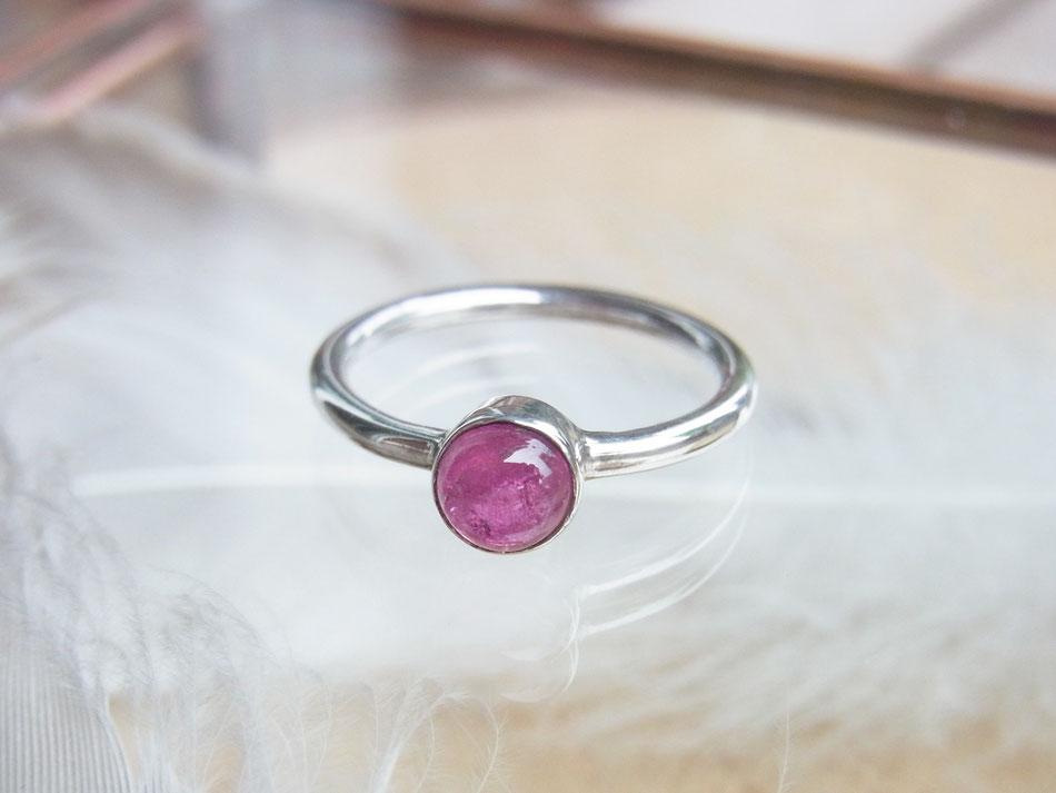 Schlichter Silberring mit rundem pink Turmalin Cabochon