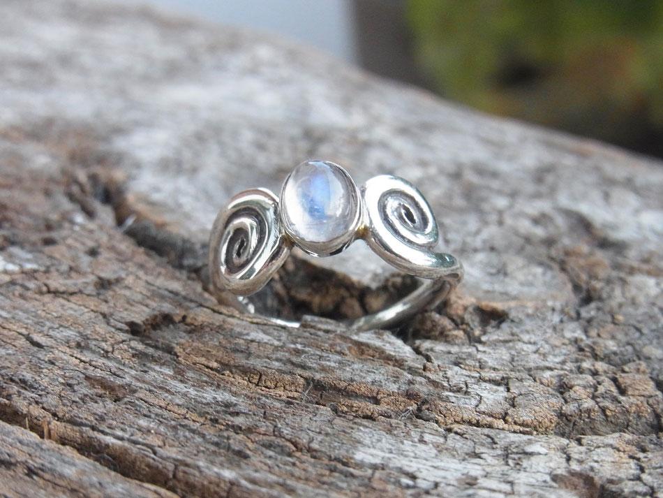 Damenring mit Regenbogen Mondstein und Spiralen aus Silber