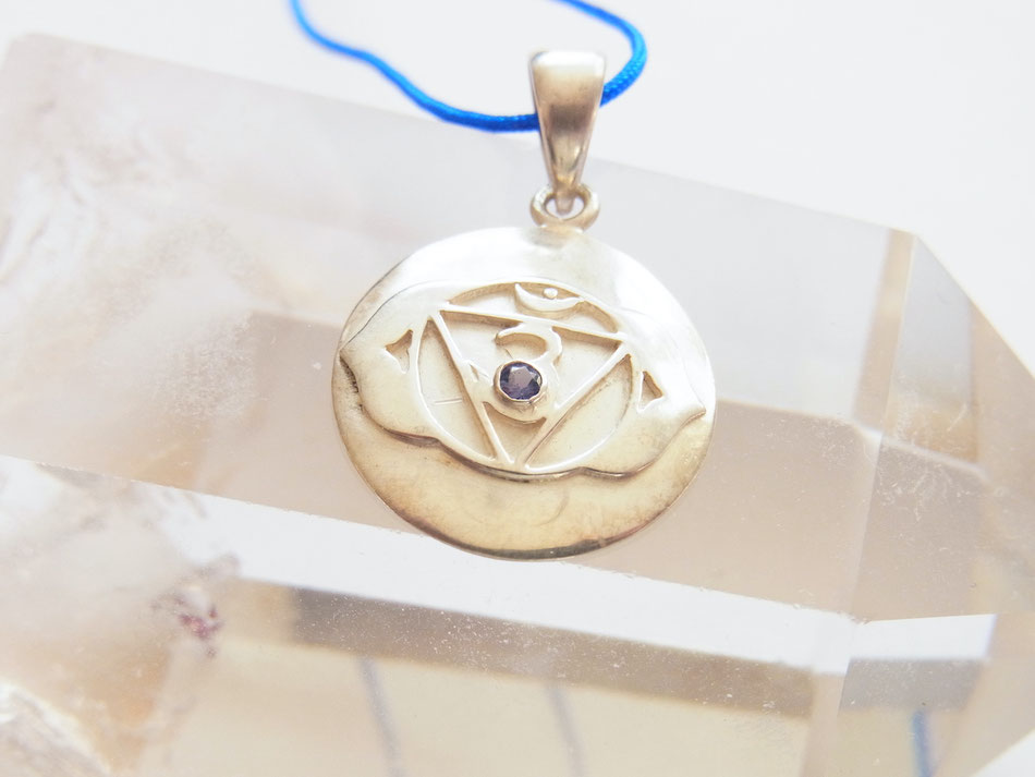 Blaues Nylonband mit Stirnchakra Symbol Anhänger aus Silber mit indigoblauem Iolith
