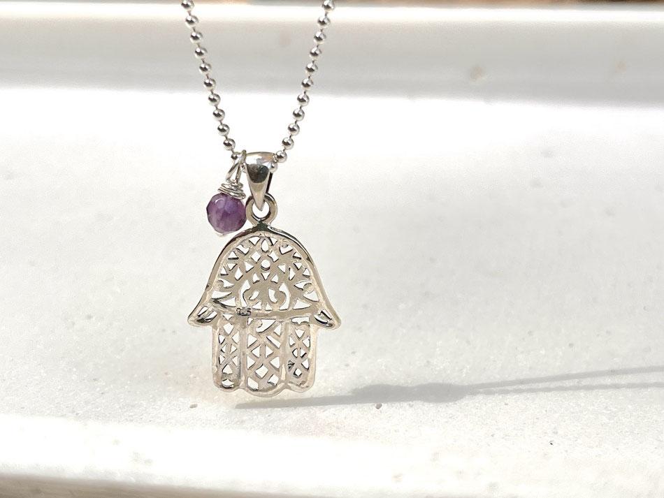 Sliberkette mit Fatima Schutzsymbol Anhänger und kleiner Amethyst Perle