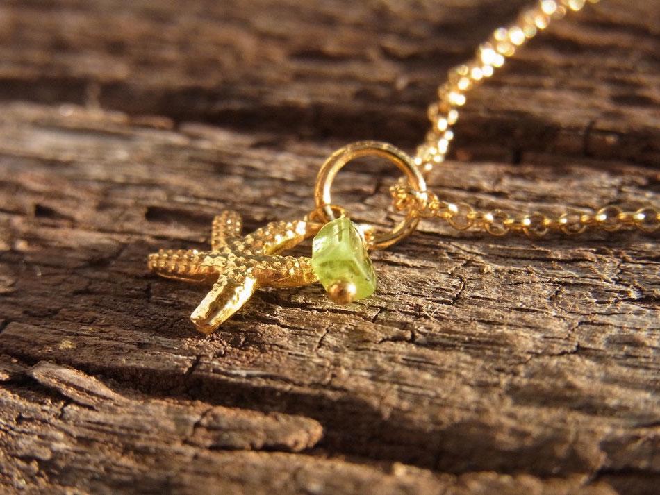 Kurze vergoldete Kette mit kleinem Seestern und hellgrünem Peridot Edelstein