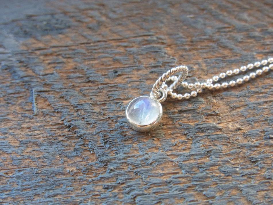 Silberkette mit rundem Regenbogen Mondstein Anhänger in silber eingefasst