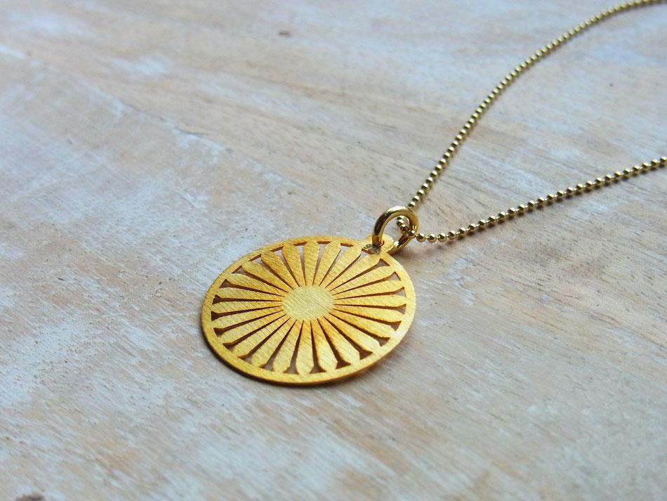 Goldene Kette mit runder Sonne als Anhänger