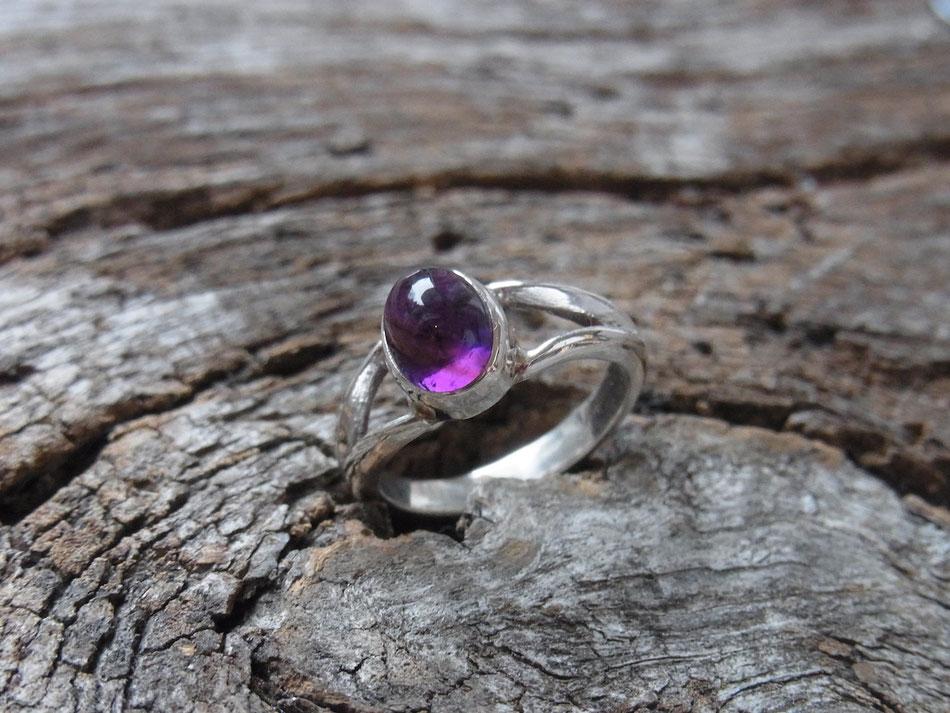 Damenring in Silber mit violettem Amethyst Cabochon