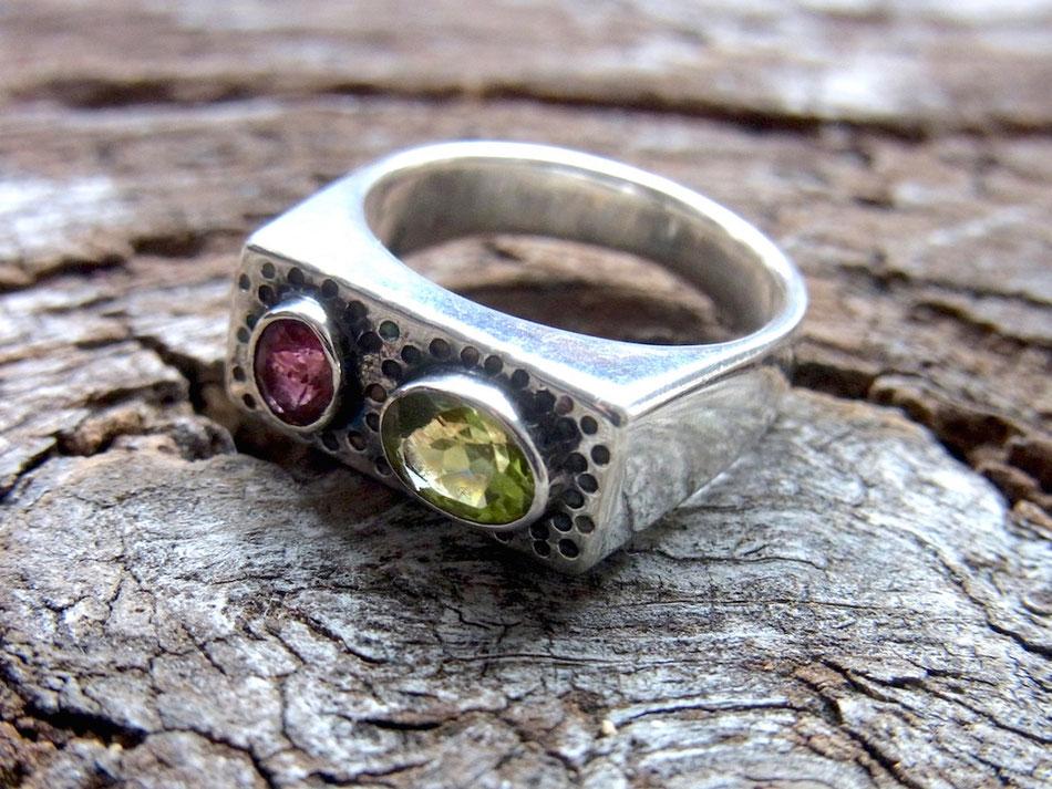 Ring aus Silber mit hellgrünem Peridot und rosa Pink Turmalin