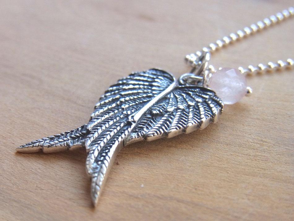 Kette mit Schutzengel Flügel Anhänger aus Silber und Rosenquazr Perle