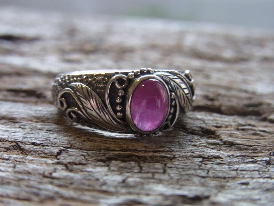 Silberring mit gehämmertem Design und pinkrotem Rubin