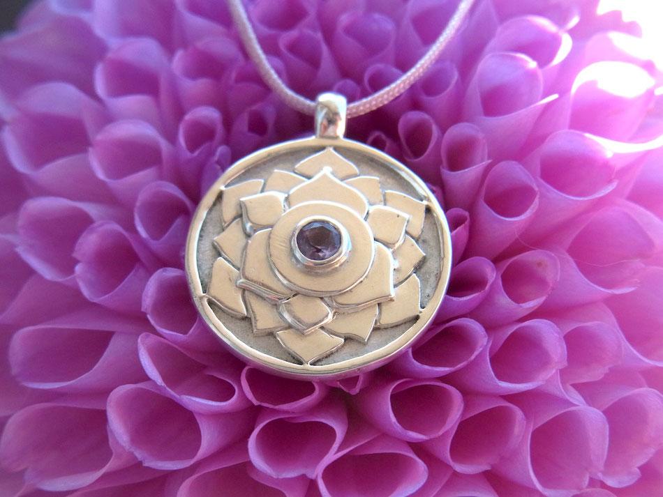 Kette mit Chakra Symbol Anhänger mit Lotus aus Silber und Amethyst