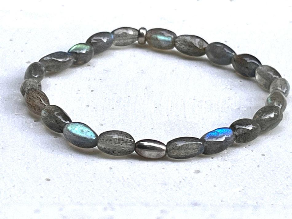 Edelsteinarmband mit grau blau grün schimmernden Labradorit Steinen