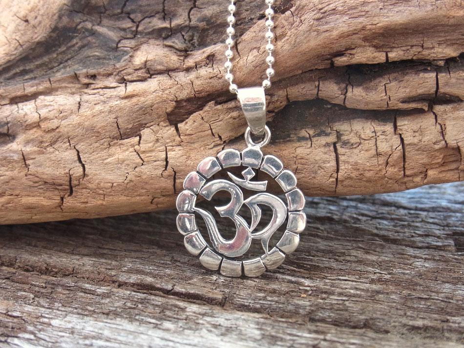 Halskette mit rundem OM Anhänger aus silber